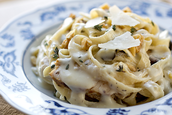 Parmesan Roasted Garlic Cream Sauce with Fettuccine | thecozyapron.com