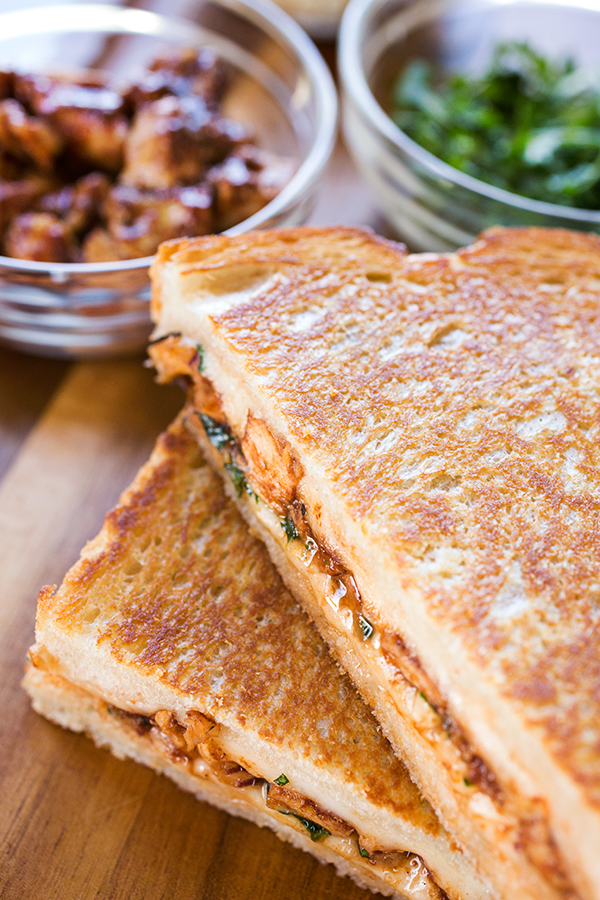"""BBQ Chicken """"Pizza"""" Grilled Cheese   thecozyapron.com"""