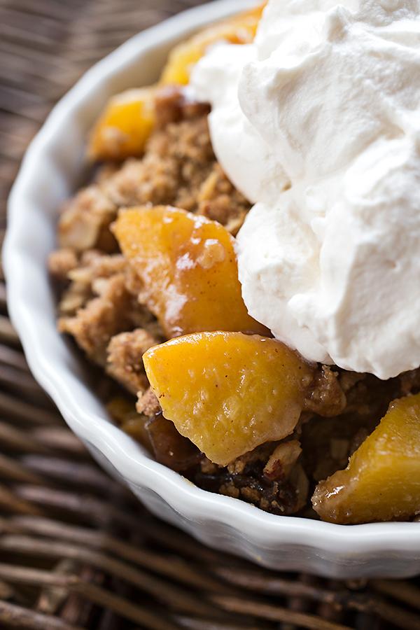 Warm Vanilla-Bourbon Peach Crisp | thecozyapron.com