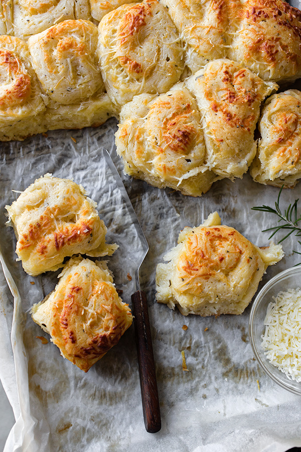 Garlic-Rosemary Pull-Apart Dinner Rolls with Asiago Cheese | thecozyapron.com