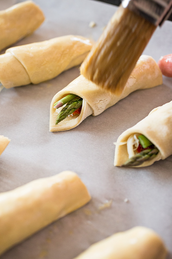 Prosciutto-Wrapped Asparagus Puffs | thecozyapron.com