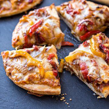 Chicken Fajitas Pizza | thecozyapron.com