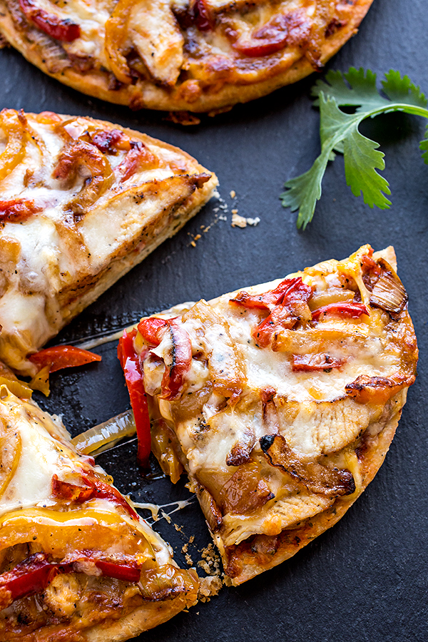 Chicken Fajitas Pizza | thecozyapron.com