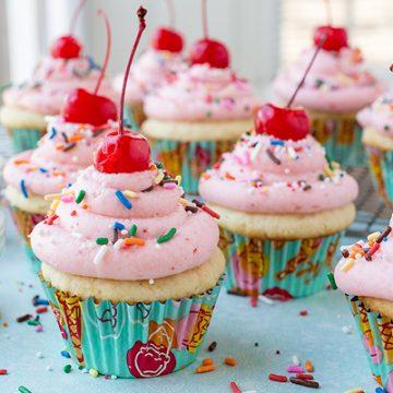 Strawberry Sundae Cupcakes | thecozyapron.com