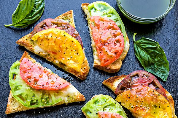 Mozzarella Garlic Toast with Fresh Tomato | thecozyapron.com