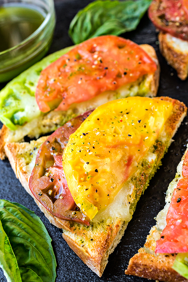 Mozzarella Garlic Toast with Fresh Tomato | thecozyapron.com