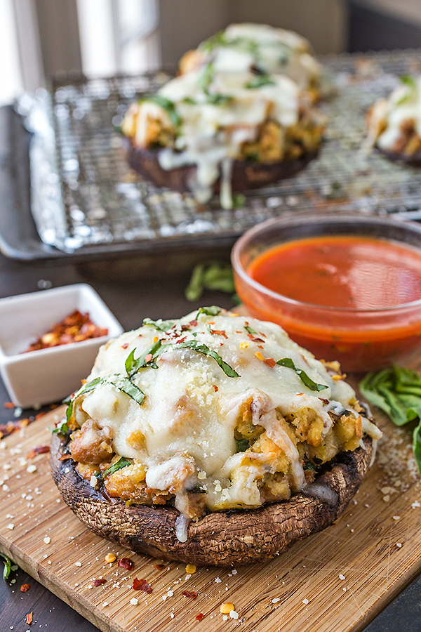 Pizza Stuffed Portobello Mushrooms | thecozyapron.com