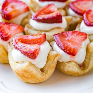 Strawberry Lemon Cream Tartlets | thecozyapron.com