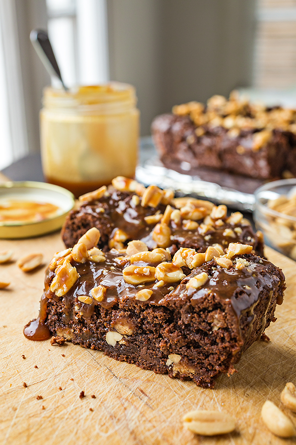 Snickers Brownie Bars | thecozyapron.com