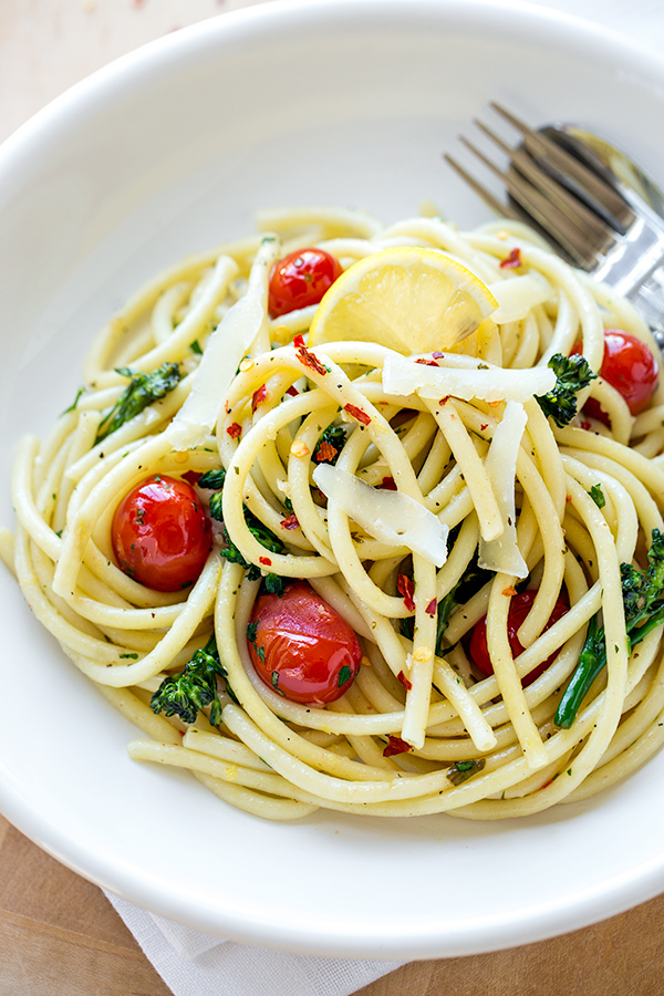 Sunshine Bucatini with Blistered Grape Tomatoes and Broccolini | thecozyapron.com