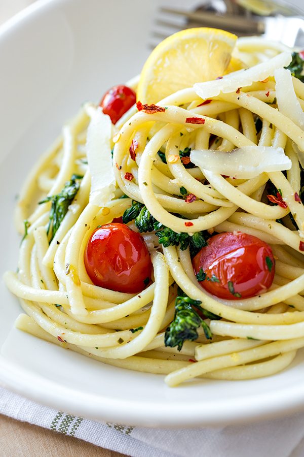 Sunshine Bucatini with Blistered Grape Tomatoes and Broccolini | thecozyapron.com