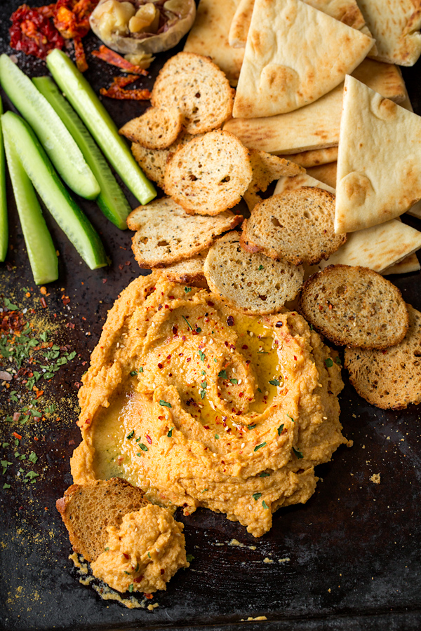 Roasted Garlic Hummus | thecozyapron.com