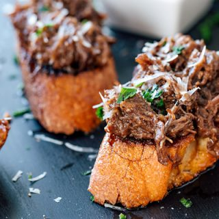 Braised Short Ribs on Garlic Crostini | thecozyapron.com