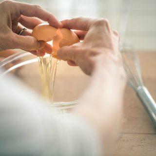 Cracking the Egg | thecozyapron.com
