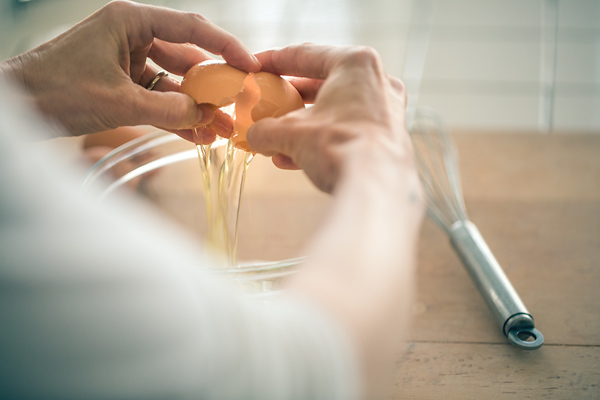 Cracking the Egg | thecozyapron.com