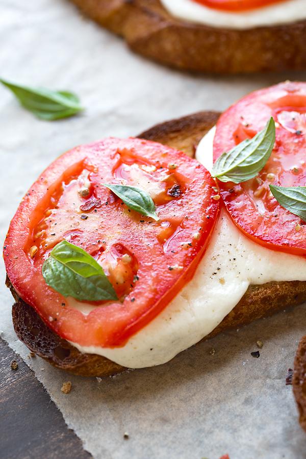 Caprese Garlic Toast | thecozyapron.com