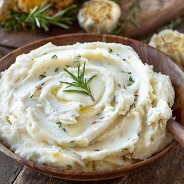 Garlic Mashed Potatoes | thecozyapron.com