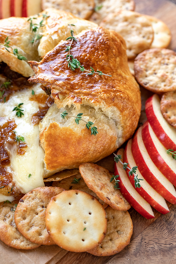 Baked Brie with Balsamic Caramelized Onions | thecozyapron.com