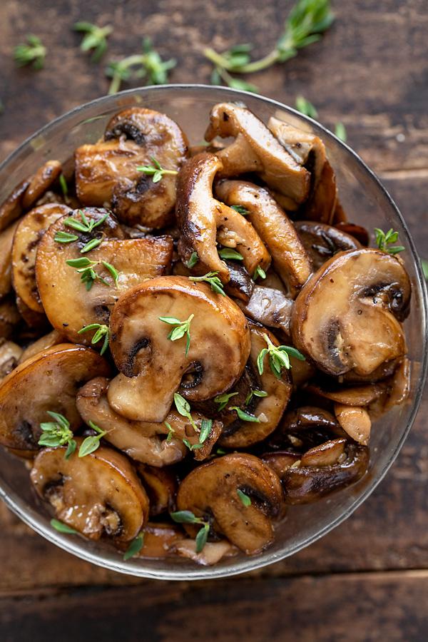 Sauteed Mushrooms with Garlic | thecozyapron.com