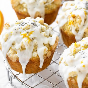 Lemon Poppy Seed Muffins with Streusel | thecozyapron.com