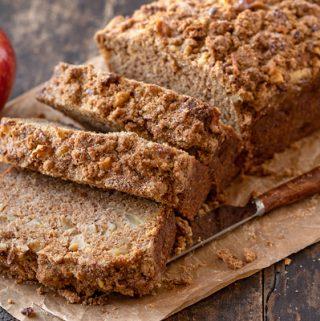 Apple Bread with Cinnamon Sugar Streusel | thecozyapron.com