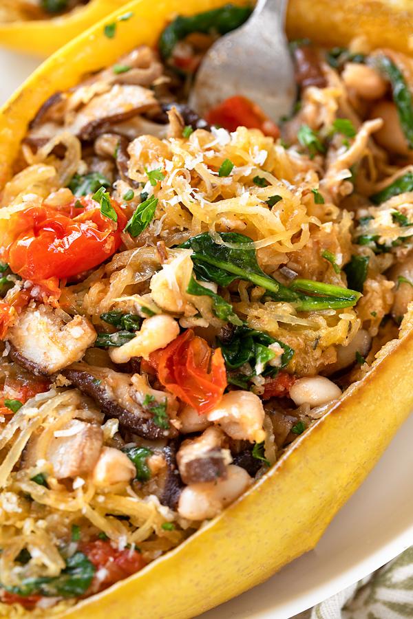 Spaghetti Squash with Sauteed Veggies | thecozyapron.com