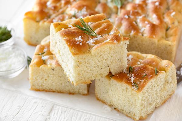 Focaccia with Rosemary and Garlic | thecozyapron.com