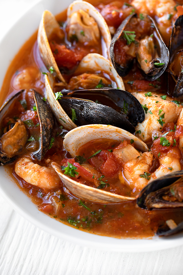 Cioppino with Clams and Mussels | thecozyapron.com