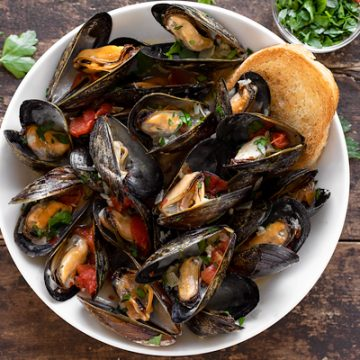 Steamed Mussels with Toasted Bread | thecozyapron.com