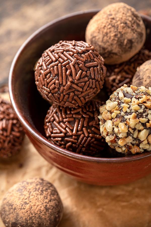 Chocolate Truffles in a Bowl | thecozyapron.com